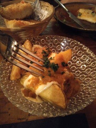 Patatas bravas. Muy muy buenas. Siempre repito