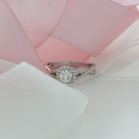 Love at first sight, our Audrey halo engagement ring features a twisted band and a round-cut diamond center