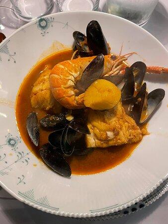 Dagens bouillabaisse med salt- og ferskvandsfisk og skaldyr - den smagte vidunderligt.