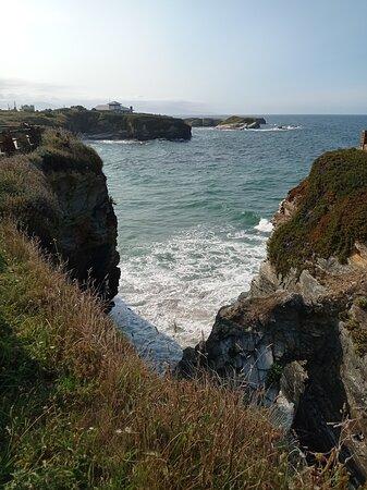 Vista de la playa y el acceso desde un alateral