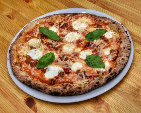 Zufiì : Mozzarella di Bufala Azalea, Ragù di Manzo selezionato lunga cottura, Scaglie di Grana Padano riversa 24 mesi, Basilico fresco.