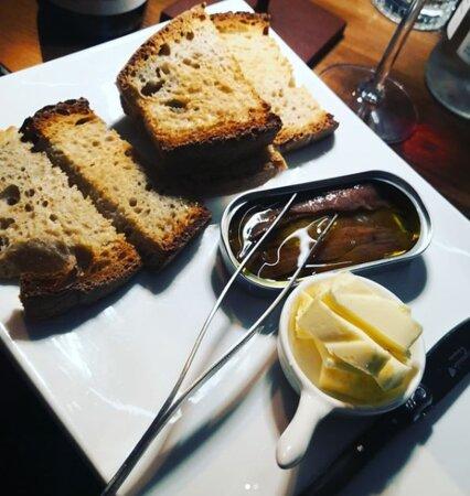 Alici e burro su pane casareccio tostato