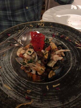 insalata di mare con pomodorini, pinoli e taggiasche