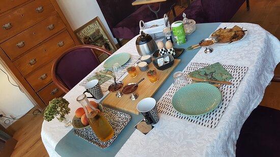 p'tit déj varié avec œuf à la coque, pains frais, confiture maison, beurre de ferme, fruits de saison...
