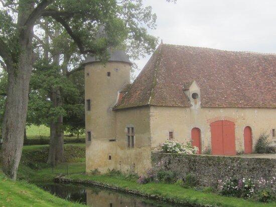 Château du Breuil Yvain. Vue 72. Les Jardins, devant Le Châtelet, Les Annexes, à Gauche. 18 Septembre 2021. Orsennes.