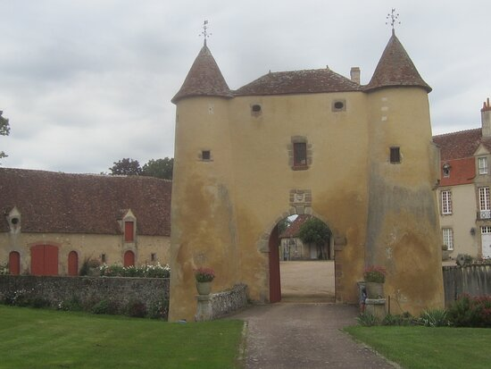 Château du Breuil Yvain. Vue 70. Les Jardins, devant Le Châtelet, Les Annexes, à Gauche, et Le Logis Principal, à Droite. 18 Septembre 2021. Orsennes.