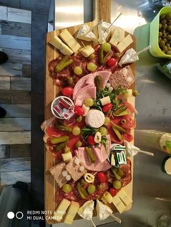 Mouroux, France: Planches, hot dog, saucissons a déguster 😋