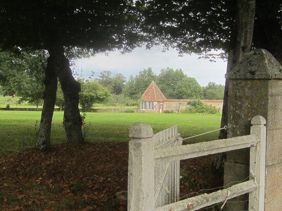 Château du Breuil Yvain. Vue 51. Les Jardins, hors Enceinte Fortifiée. 18 Septembre 2021. Orsennes.