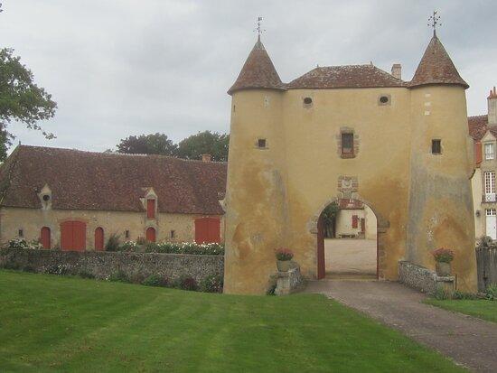 Château du Breuil Yvain. Vue 49. à Gauche, Grande Annexe, Le Pont Dormant, et Le Châtelet (en 1450)  ou Porte Fortifiée. 18 Septembre 2021. Orsennes.