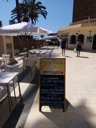 Benidorm, España: Sunny beach great for lunch/dinner just off levante  beach