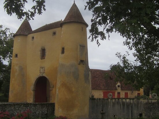 Château du Breuil Yvain. Vue 41. Côté Droit Fleuri des Abords, du Châtelet (1450) ou Porte Fortifiée. 18 Septembre 2021. Orsennes.