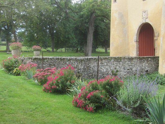 Château du Breuil Yvain. Vue 40. Côté Droit Fleuri des Abords, du Châtelet (1450) ou Porte Fortifiée. 18 Septembre 2021. Orsennes.