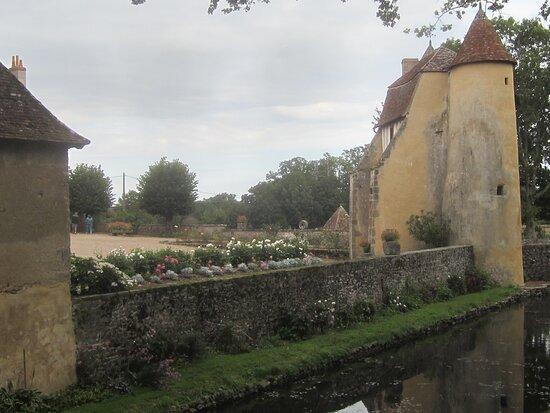 Château du Breuil Yvain. Vue 27. Les Douves, Le Muret Fleuri, Le Châtelet en 1450, ou Porte Fortifiée. 18 Septembre 2021. Orsennes.
