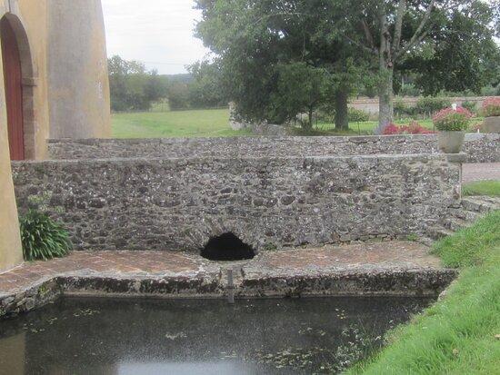 Château du Breuil Yvain. Vue 25. Les Douves et Le Pont Dormant. 18 Septembre 2021. Orsennes.