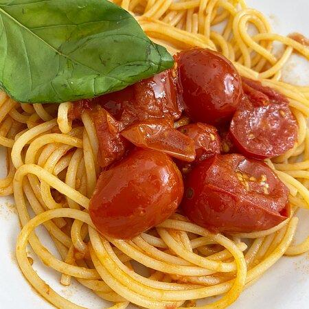Spaghetti with fresh tomatos and basil