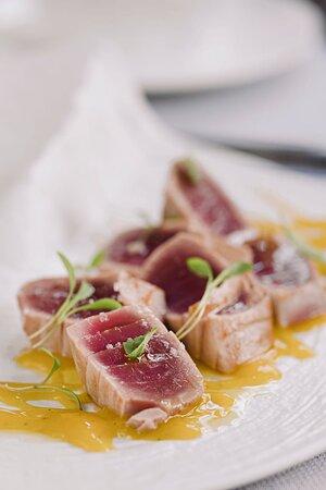 Tataki de thon, sauce à la mangue et tartare de poivrons
