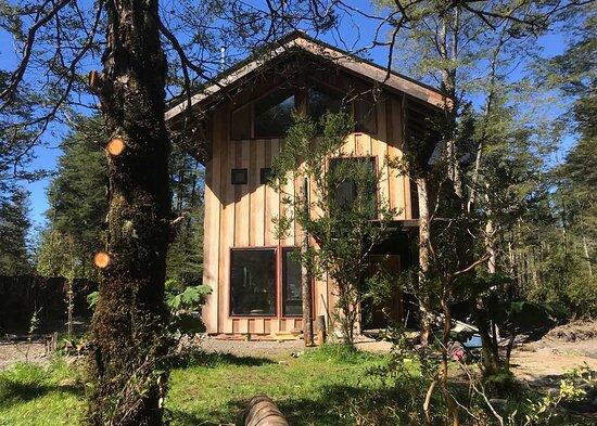Ensenada, Chile: «La Casa de la Alegría» es un hostal con mucha magia situada en el corazón del bosque nativo, a los pies del volcán Calbuco.