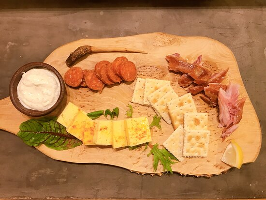 Ensenada, Chile: Tabla de productos locales: quesos de la cuenca del lago llanquihue y salmón ahumado.