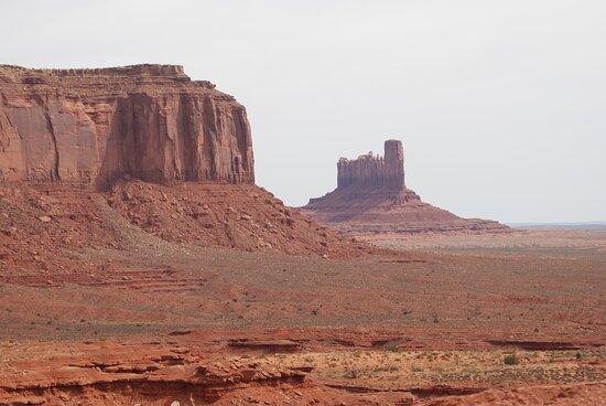 Monument Valley, UT: Souvenirs de mes Voyages -- USA - Arizona - Utah - Journée inoubliable sur les terres aux images mythiques des Western sans oublier l'essentiel la population Navajos - 21.09.20 - Cliquer sur la photo pour découvrir la prise de vue complète