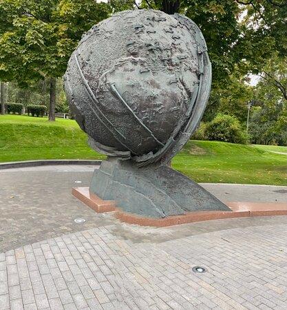Globus  Zemli  Sculpture