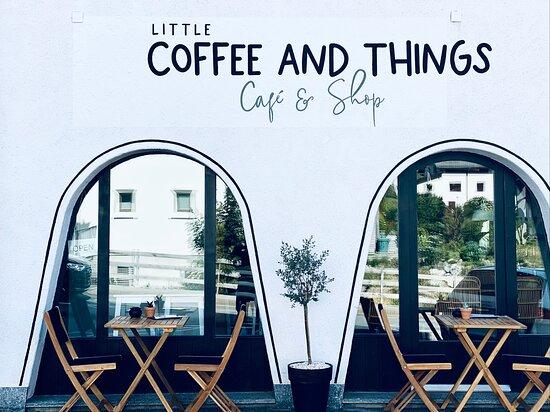 Kleines gemütliches Café mit zwei integrierten Shops in Lantsch/Lenz. Hier gibt es täglich frische, hausgemachte Kuchen und viele andere Köstlichkeiten.