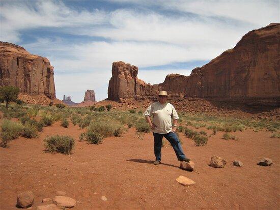 Monument Valley, UT: Souvenirs de mes Voyages -- USA - Arizona - Utah - Journée inoubliable sur les terres aux images mythiques des Western - Deux visages pales perdu dans l'immensité - 21.09.21 - Cliquer sur la photo pour découvrir la prise de vue complète