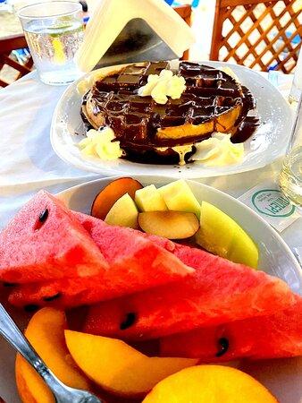 Ammoudara, Griekenland: Man reicht Dessert, auch wenn der Gast kurz vor der Detonation steht.