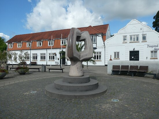Statue ''vaeksttraeet''