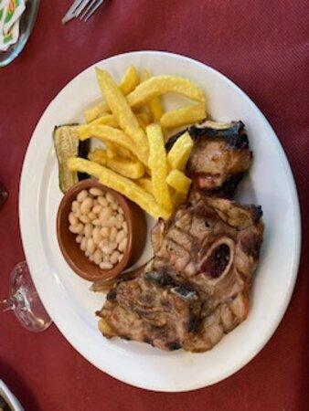 Sant Esteve d'en Bas, España: Costillas cordero, patatas y judías secas