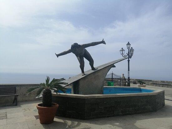 Statua Della Surfista Di Salvatore Fiume