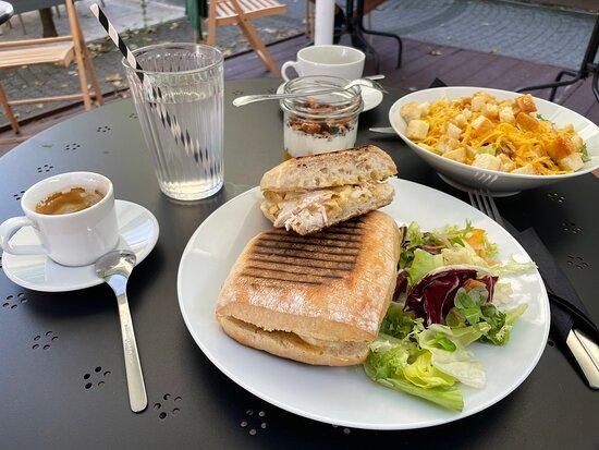 Sucha Beskidzka, Polonya: Panini z kurczakiem, granola śniadaniowa, sałatka, lemoniada lawendowa i pyszna kawa!