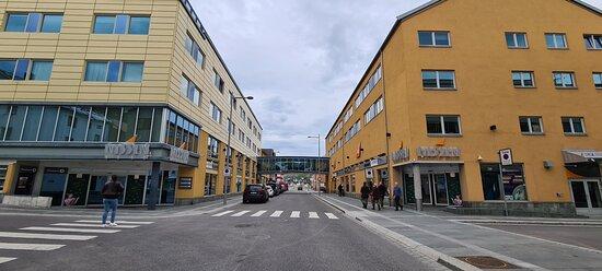 Ditt Kjøpesenter midt i hjertet av Hammerfest. Her finner du 17 butikker, bank og spisesteder.