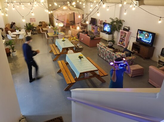 Duncan, Canada: Unique and cozy space will chill and retro vibes. Yummy menu and lots of board games and video games.