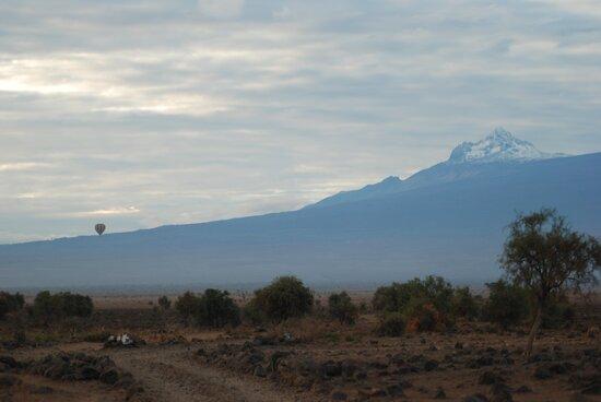 Amboseli National Park, كينيا: Souvenirs de mes Voyages -- Kenya - Survol en montgolfière de la plaine d'Amboseli avec en fond le Mont Shira qui culmine à 3962 m - 21.09.30 - Cliquer sur la photo pour découvrir la prise de vue complète