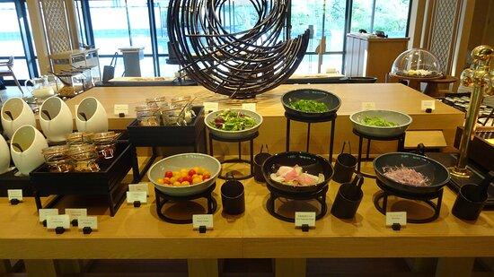 朝食のビュッフェ台