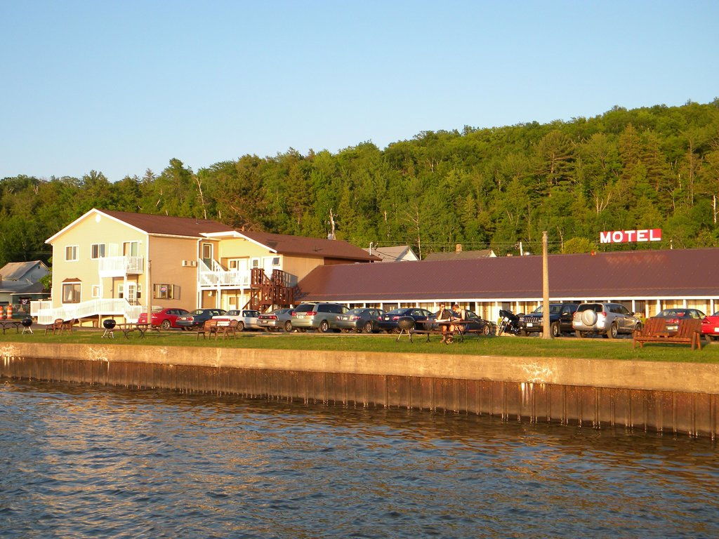 Sunset Motel on the Bay