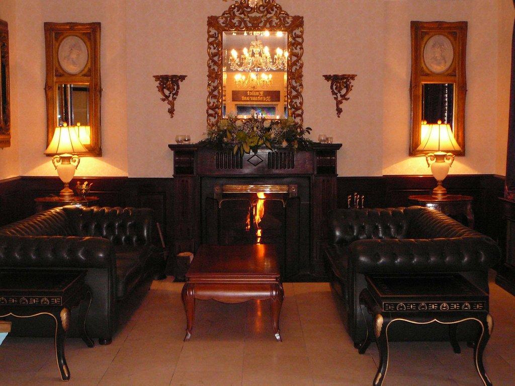 Dooly's Hotel