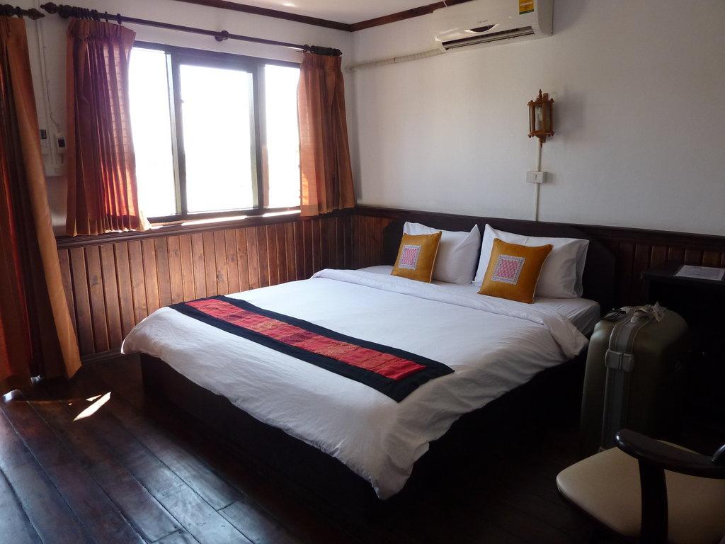 Riverside Houay Xai