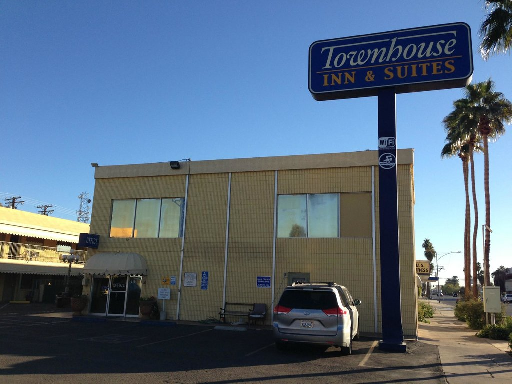 Townhouse Inn & Suites