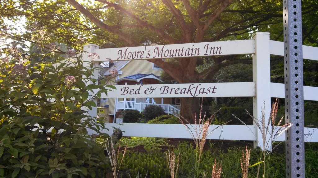 ‪Moore's Mountain Inn Bed & Breakfast‬