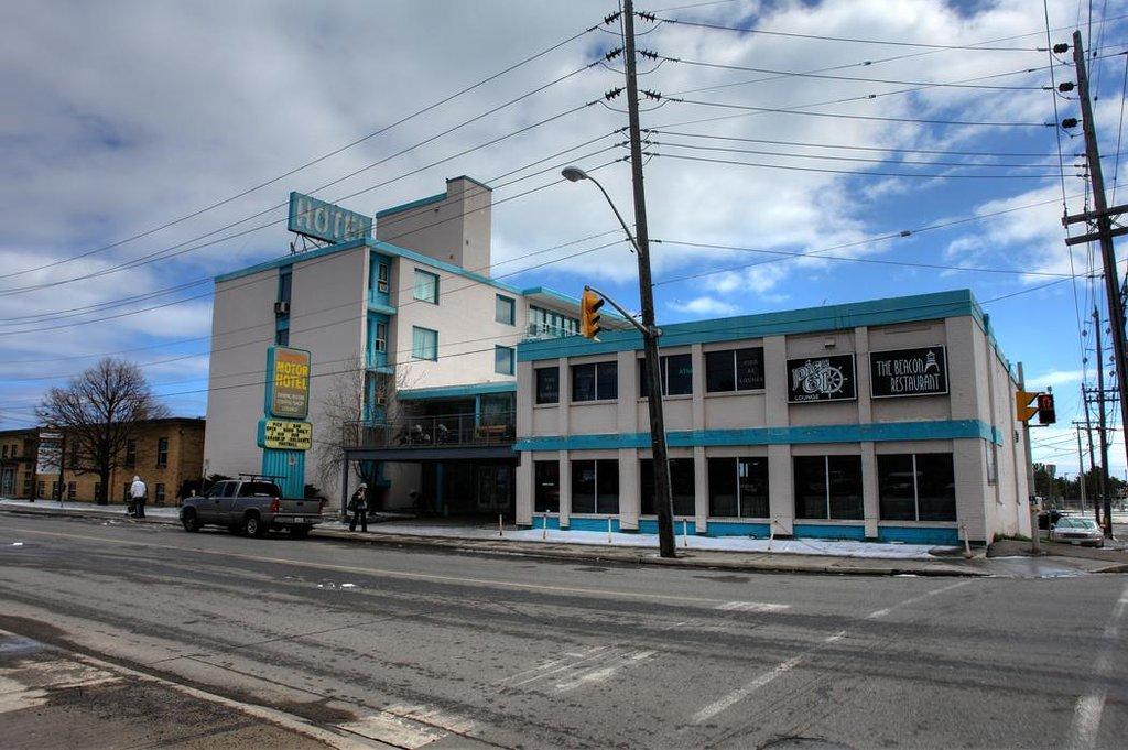 Shoreline Motor Hotel