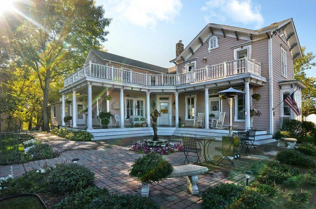 Bird House Inn and Gardens