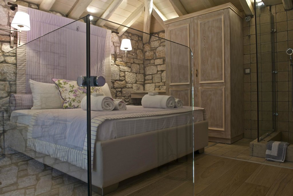 Mikros Vorias small luxury suites
