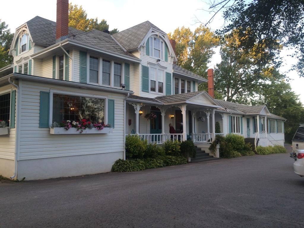 Auberge Du Parc Inn