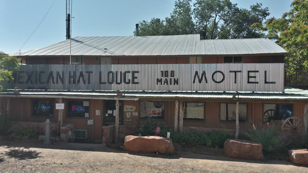 ‪Mexican Hat Lodge and Swingin Steak‬