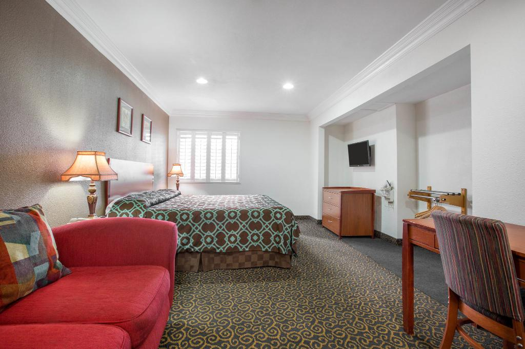 Rodeway Inn & Suites Anaheim by the Convention Center