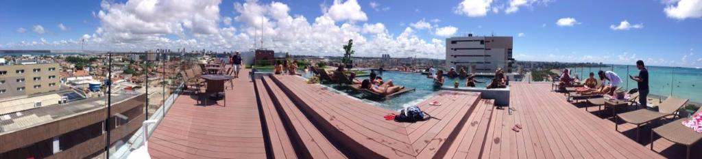 Vista panorâmica da piscina da cobertura