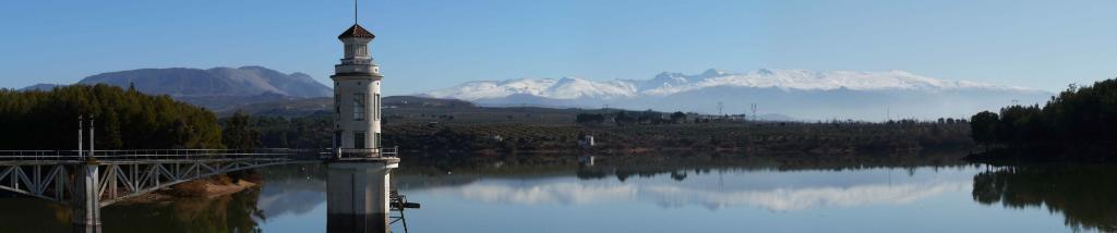 Lac avec les neiges de la Sierra Nevada