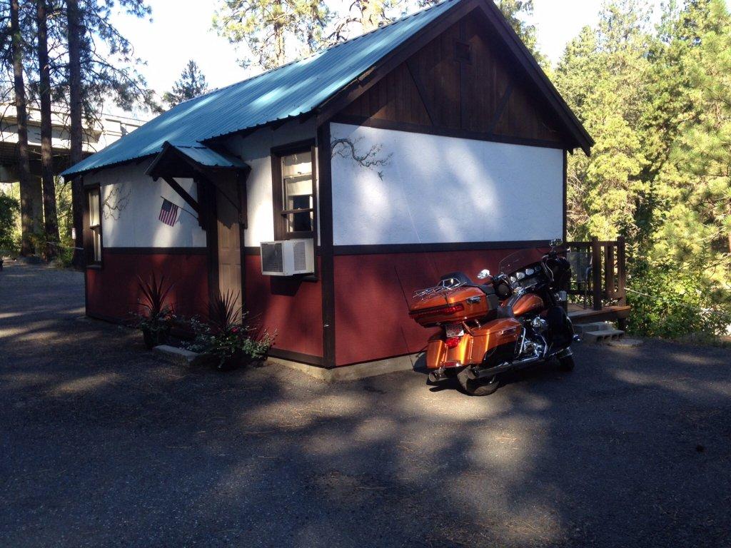 Bindlestiff's Riverside Cabins