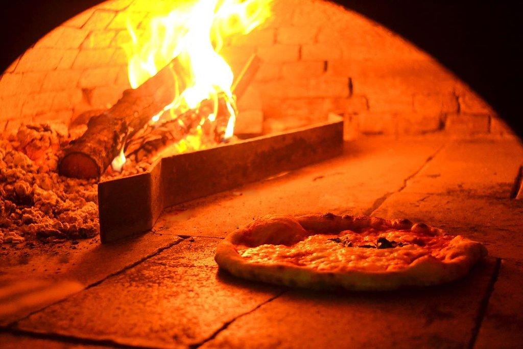 La nostra pizza, cotta con il tradizionale forno a legna